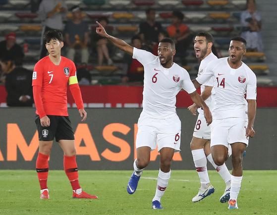 카타르에 실점한 후 한국 축구대표팀 에이스 손흥민(왼쪽)이 허탈한 표정을 짓고 있다. [연합뉴스]