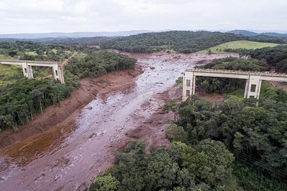 브라질 광산댐 붕괴 현장. [AP=연합뉴스]