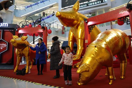 지난 21일 중국 베이징의 한 쇼핑몰 모습. 이날 중국 국가통계국은 지난해 국내총생산(GDP)이 전년보다 6.6% 성장했다고 발표했다. [EPA=연합뉴스]