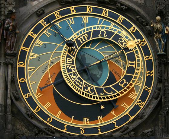 3. 시계를 보면 황금빛 태양이 달린 바늘과 검은 달이 달린 바늘 두 가지가 돌아가고 있다. 태양 바늘은 몇 시인지를 보여주는 동시에 태양이 황도(지구에서 보았을 때 태양이 지나간다고 생각하는 길, 등이 표시된 작은 원) 위의 어느 위치에서 돌아가고 있는지 보여준다. 아래쪽에는 점점 옅어지는 하늘색 칸과 주황색 칸, 검은 칸이 있는데, 태 양이 주황색 칸에 들어가면 해돋이나 해넘이를, 검은 칸에 들어가면 밤이 된 것을 의미한다.