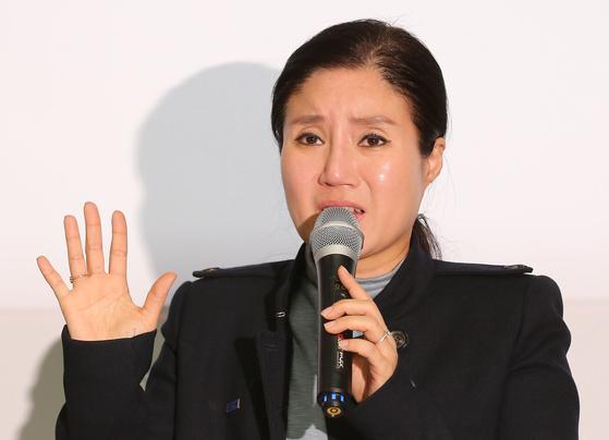 구조동물 안락사 논란을 빚은 동물권단체 '케어' 박소연 대표가 지난 19일 기자회견에서 울먹이며 의혹에 대해 해명하고 있다. [연합뉴스]
