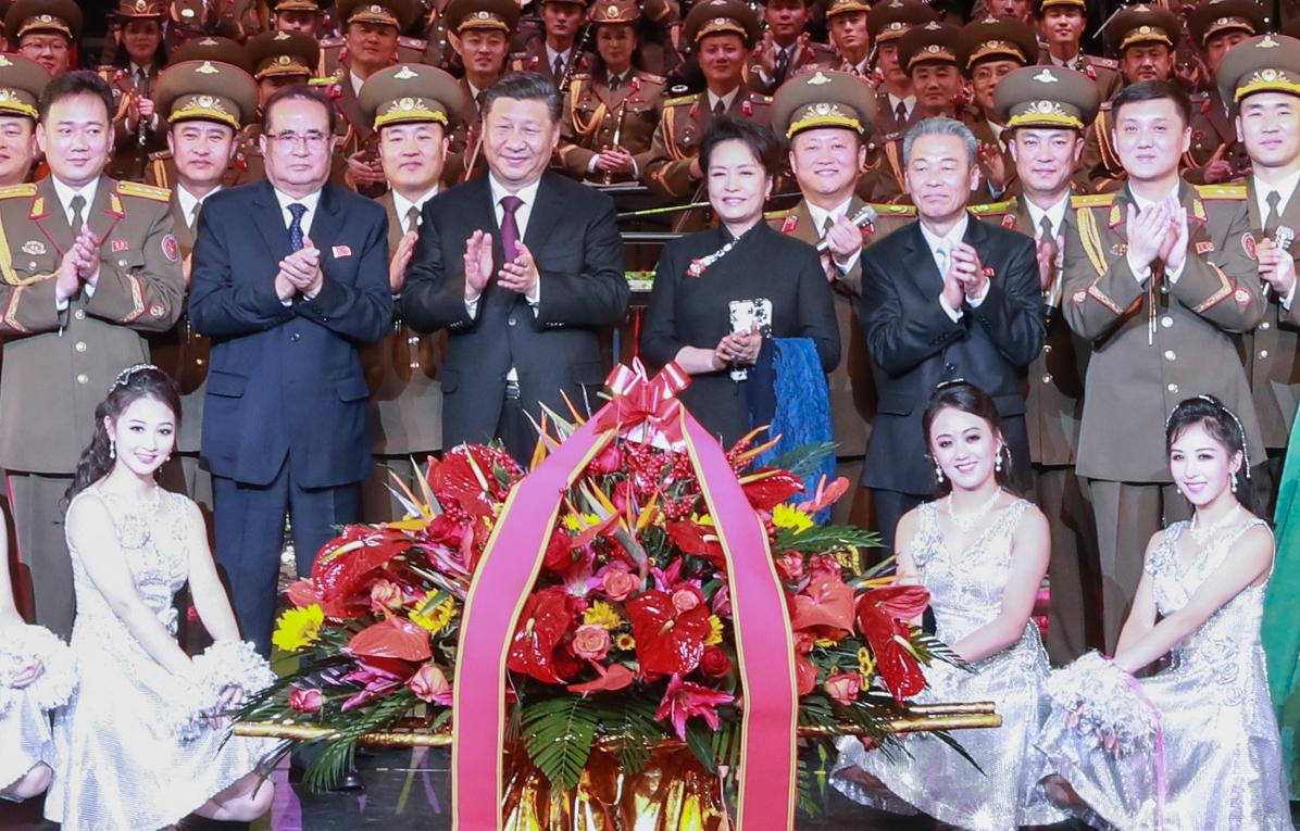 시진핑 중국 국가주석 부부(가운데)가 지난 27일 베이징에서 이수용 북한 노동당 국제 담당 부위원장(둘째줄 왼쪽 둘째)과 만나 북한 친선 예술단 공연을 관람하고 무대에서 출연진들과 기념촬영을 하고 있다. [신화=연합뉴스]
