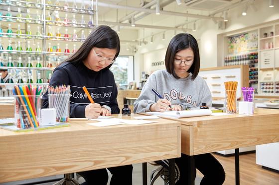 각종 펜과 마카 등을 실제로 써볼 수 있는 체험 코너도 있다. 학생기자들은 다양한 펜으로 글씨를 써봤다.