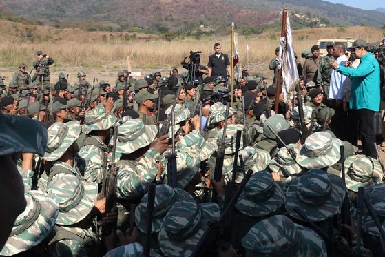 군인들 앞에서 연설하고 있는 니콜라스 마두로 베네수엘라 대통령. [EPA=연합뉴스]