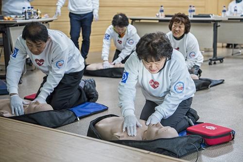 종근당건강은 21일 경북 영덕군 영해면사무소에서 영덕 군민 대상 심폐소생술 교육을 진행했다.