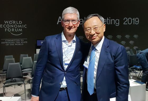 지난 22일(현지시간) 스위스 다보스포럼 IBC 윈터미팅에서 황창규 KT 회장(오른쪽)과 팀 쿡 애플 애플 최고경영자(CEO)가 기념촬영을 했다. 쿡 CEO는 5G를 보러 한국에 가도 좋다고 했다고 한다. [연합뉴스]
