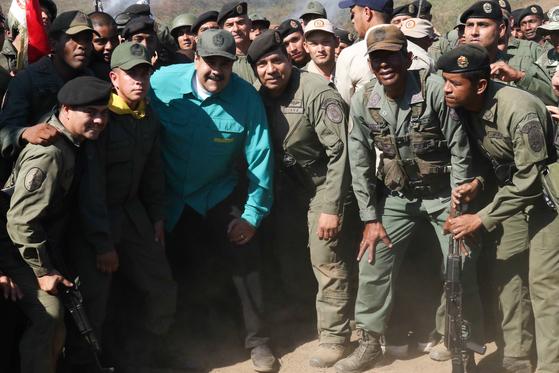 27일(현지시간) 군인들과 기념촬영하는 니콜라스 마두로 베네수엘라 대통령. [EPA=연합뉴스]