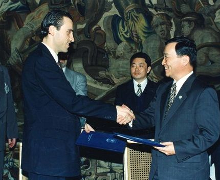 과학기술 분야에서 국제 협정은 중요하다. 정근모 과학기술처 장관(오른쪽)이 1995년 이반 필립 체코 과학기술장관(왼쪽)과 양국 과학기술장관회담을 열고 과학기술 협정서를 교환하고 있다.[중앙포토]