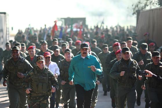 니콜라스 마두로 베네수엘라 대통령이 27일(현지시간) 군부대에서 군인들과 구보하고 있다. [EPA=연합뉴스]