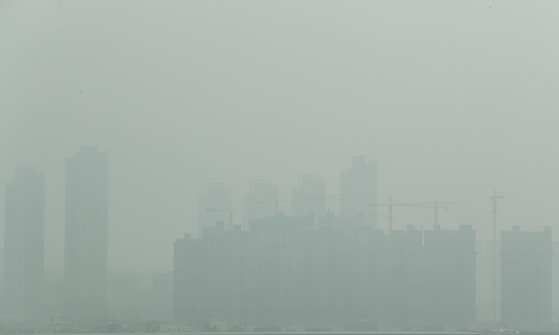 인천시 서구 경인아라뱃길 아라타워 전망대에서 바라본 인천 일대가 뿌옇게 보이고 있다. [뉴스1]