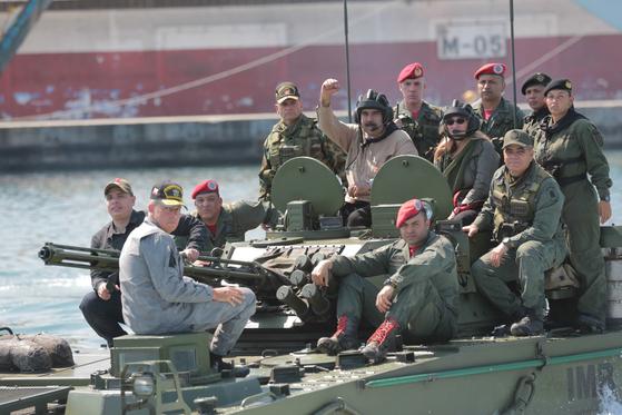 니콜라스 마두로 베네수엘라 대통령이 27일(현지시간) 군부대를 방문해 장갑차에 올라타고 기동훈련을 지휘하고 있다. [EPA=연합뉴스]