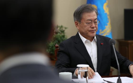 문재인 대통령이 21일 오후 청와대 여민관에서 열린 수석보좌관회의에서 모두발언을 하고 있다. [청와대사진기자단]
