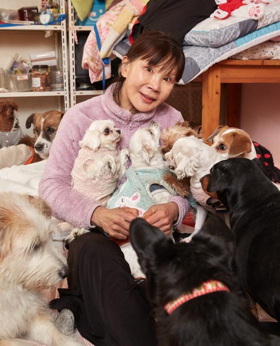 이 씨 집 반려견들은 사람 품에 안기는 걸 좋아한다. 스스로 무릎 위로 올라와 자리를 잡는 개들도 있다.