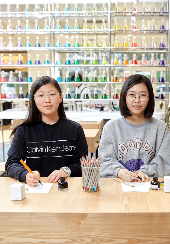 권윤경(왼쪽)·이지연 학생기자가 모나미 콘셉트 스토어를 방문해 다양한 문구제품을 살펴보고 나만의 잉크 만 들기 체험을 해봤다.