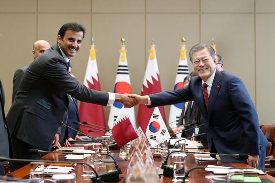 문재인 대통령이 28일 오전 청와대에서 열린 한·카타르 정상회담에 앞서 타밈 빈 하마드 알사니 카타르 국왕과 악수하고 있다. 청와대 제공
