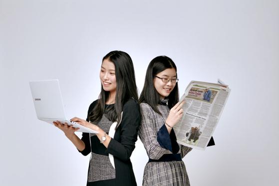 이현진 학생모델은 유튜브 채널에서 소년중앙을 본다. 김민솔 학생기자는 신문 읽는 걸 선호한다.