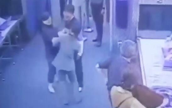 태국 현지 언론은 지난 26일 오후 11시쯤 방콕 수완나품 국제공항 출국장에서 한국여성이 몸 수색을 하던 보안요원 뺨을 때렸다고 28일 보도했다. [유튜브]
