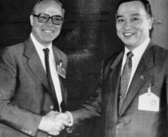 1990년 6월 국제원자력기구(IAEA) 이사회에 참석한 정근모 대한민국 과학기술처 장관 겸 IAEA 총회 의장(오른쪽)이 한스 블릭스 IAEA 사무총장과 만나고 있다. 블릭스 사무총장은 96년 후임 사무총장으로 입후보 의사를 밝힌 정근모 박사를 적극적으로 도왔다. [중앙포토]