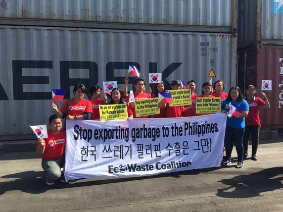 필리핀 환경단체 회원들이 한국의 쓰레기 불법 수출에 대해 항의하고 있다. [사진 그린피스 서울사무소]