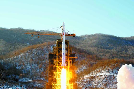 2012년 12월 동창리 '서해 위성발사장'에서 장거리 로켓 '은하 3호'가 발사되고 있다. [연합뉴스]