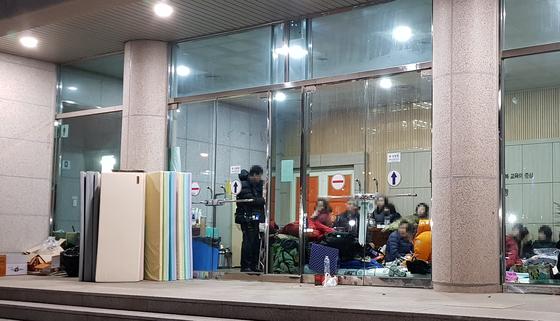 지난 21일 오후 대전시교육청 1층에서 대전 예지중·고 학생들이 농성을 벌이고 있다. 이들은 대전교육청에 재단의 교장·교사 징계가 부당하다며 교육청에 사태해결을 촉구했다. [중앙포토]