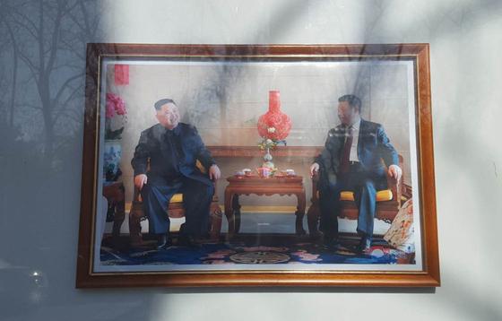 중국 베이징 주중 북한대사관 외부 게시판에 29일 문재인 대통령의 사진 대신 시진핑 중국 국가주석의 사진이 걸려 있다. [연합뉴스]