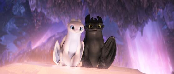 애니메이션 '드래곤 길들이기3' 한 장면. 주인공 히컵의 용 친구 '투슬리스'(오른쪽)는 자신과 꼭 닮은 짝 '라이트 퓨어리'를 만난다. [사진 UPI코리아]