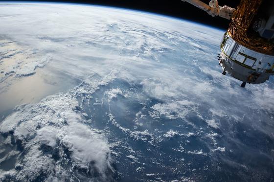 지구는 지각, 맨틀, 외핵, 내핵으로 구성돼 있다. 연구진은 액체상태의 외핵 일부가 내핵으로 굳어지며, 열을 방출했고 이것이 자기장을 유지할 수 있는 동력원으로 작용했다고 분석했다. 사진은 캐나다 인공위성 정보분석업체인 콴들이 공개한 지구의 사진. [사진제공=콴들]