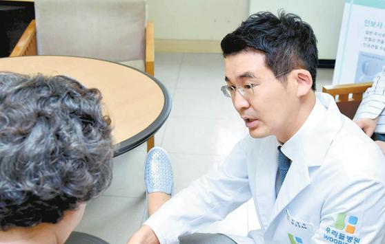 한 번의 주사로 통증을 약 2년간 억제하는 인보사-케이 주사요법은 인공관절 수술을 권유받은 골관절염 환자에게서 만족도가 높다. [사진 청담 우리들병원]