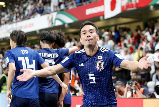 일본축구대표팀 나카토모가 이란과 아시안컵 4강전에서 승리한 뒤 기뻐하고 있다. [EPA=연합뉴스]