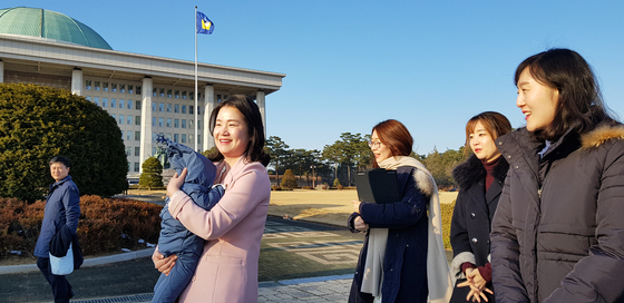 국회의원 임기 중 사상 처음 출산휴가를 사용한 신보라(왼쪽 둘째)의원이 9월에 출산한 아들을 안고 보좌관 및 비서진들과 워킹맘의 육아 대책 법안을 화제로 대화하고 있다.               장세정 기자