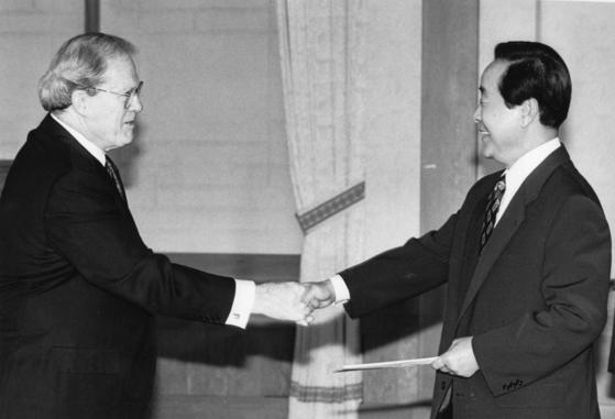 제임스 레이니 주한 미국대사(왼쪽)가 1993년 11월 2일 청와대에서 김영삼 대통령에게 신임장을 제정하고 있다. 레이니 대사는 김영삼 대통령 취임 첫해인 93년 10월 부임해 5년차인 97년 2월까지 재임했다. [중앙포토]