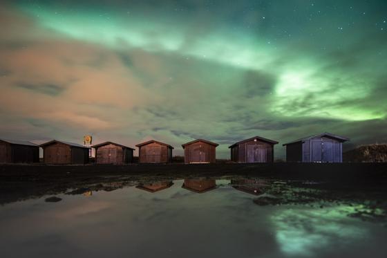 자성을 띤 광물은 형성 과정에서 지구 자기장의 세기와 방향에 따라 입자가 배열되는 경우가 매우 드물게 있다. 연구진은 캐나다 퀘벡 동부지역에서 자성을 띤 광물을 분석해, 약 5억 6500만년 전, 자기장 세기와 방향을 분석했다. 사진은 아이슬란드에서 태양풍과 지구 대기의 마찰에 의해 형성된 오로라. [EPA=연합뉴스]