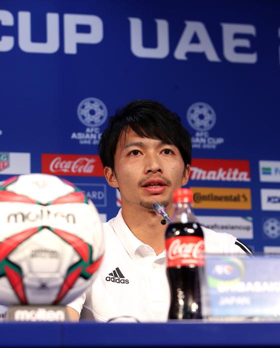 일본 축구 국가대표팀 시바사키 가쿠가 2019 아시안컵 베트남과의 8강전을 앞둔 23일 아랍에미리트 두바이 알 막툼 스타디움에서 공식 기자회견을 하고 있다. [연합뉴스]