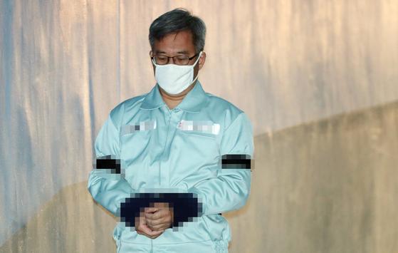 댓글 조작 등의 혐의 등으로 기소된 드루킹 김 모씨가 30일 서울 서초구 서울중앙지법에서 열린 1심 선고 공판에 출석하고 있다. [뉴스1]
