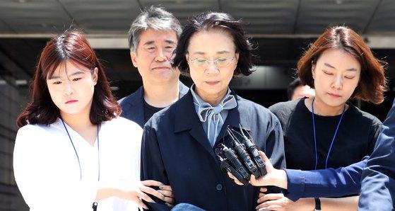 이명희 전 일우재단 이사장이 지난해 6월 구속 전 피의자심문을 마치고 서울 서초구 서울중앙지방법원을 나서고 있다. [뉴스1]
