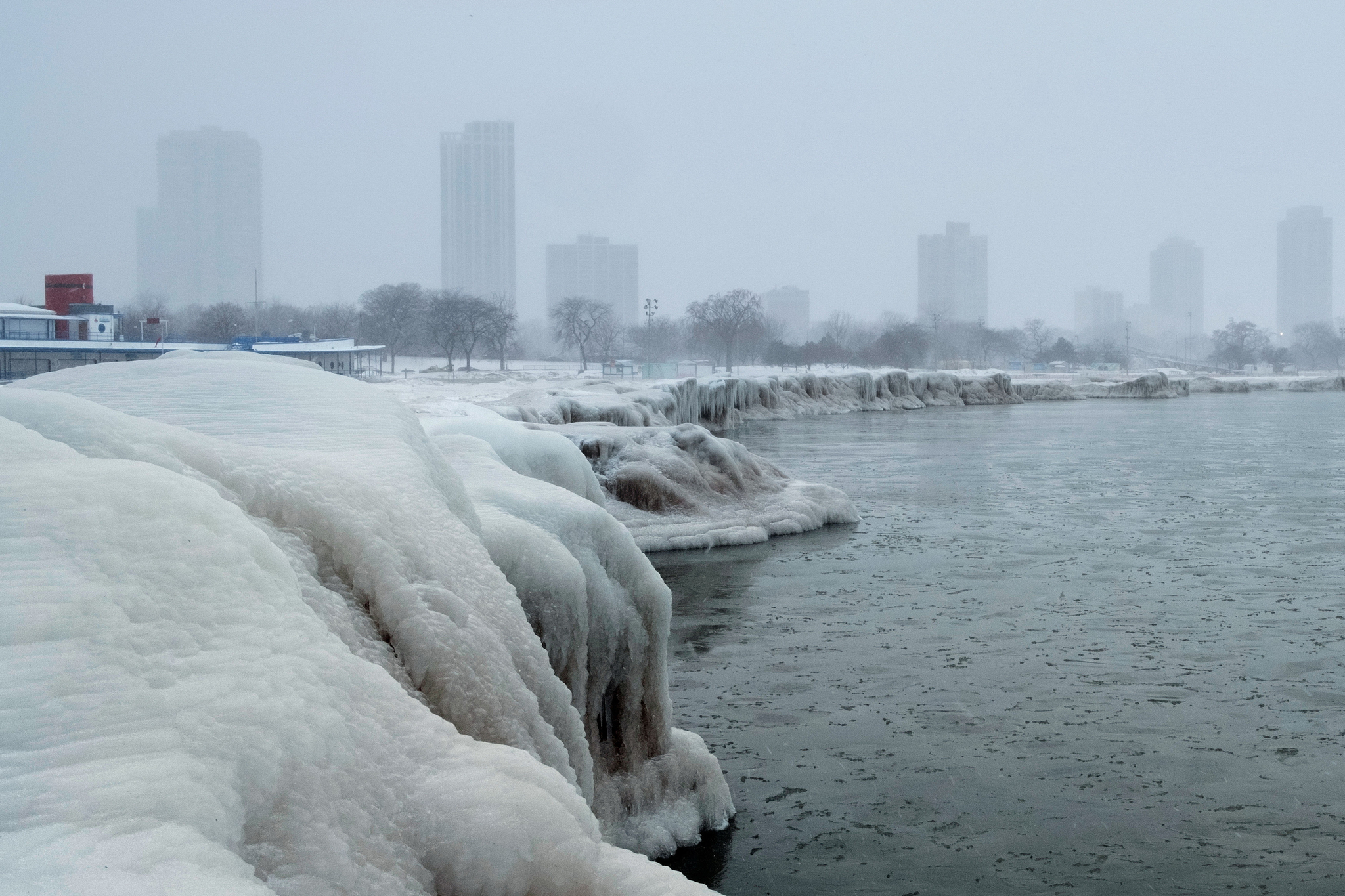 얼어붙은 미시간호 뒤로 혹한에 덮인 시카고 스카이라인이 보인다. [REUTERS=연합뉴스]