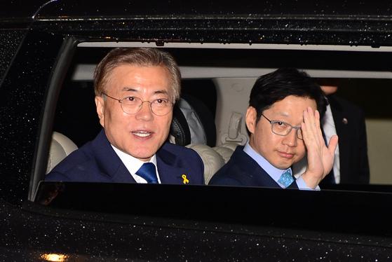 2017년 5월 9일 출구조사를 확인한 뒤 국회로 출발하는 문재인 대통령의 차량에 김경수 지사가 동승해 손을 흔들고 있다. [뉴시스]