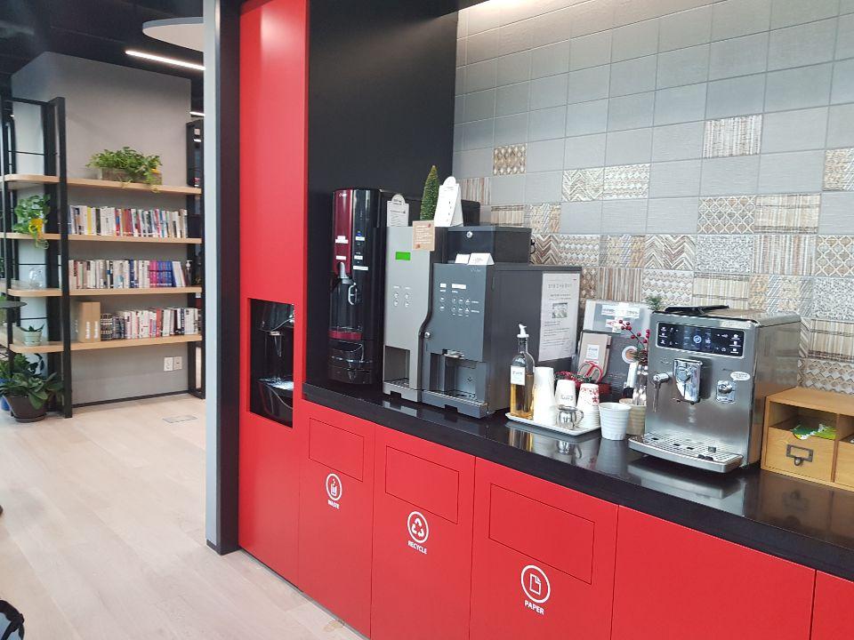 사무실에 설치한 '사이카페'의 전자동 커피머신. [사이카페]