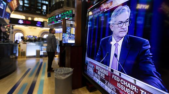 제롬 파월 미국 연방준비제도(Fed) 의장의 회견 장면이 TV로 방영되고 있는 미국 뉴욕증권거래소(NYSE). [EPA=연합뉴스]