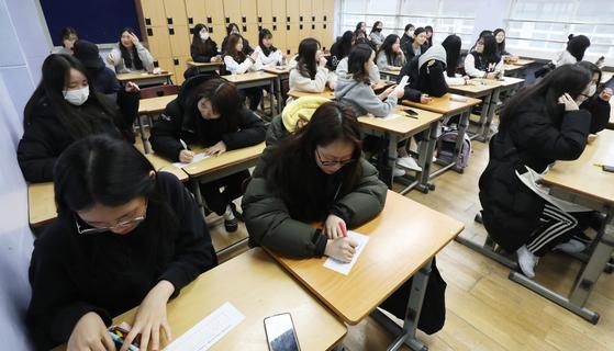 지난해 11월 서울의 한 고교에서 수능 정답지를 확인하고 가채점표를 작성하고 있는 수험생들. [뉴스1]