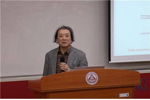 사또 하루오 교수가 강연을 하고 있다.