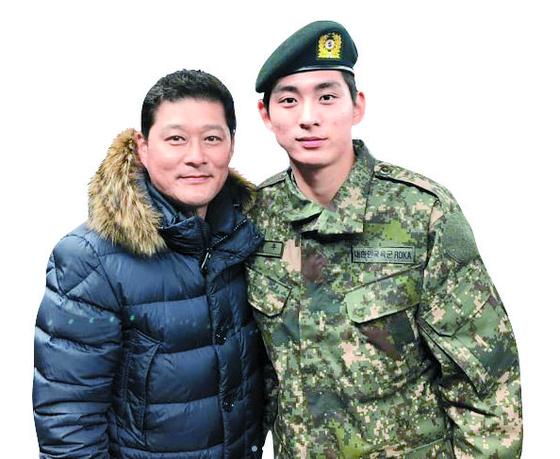 4주 군사 훈련을 마치고 아버지 이종범(왼쪽)과 기념 사진을 찍은 이정후. [사진 좋은스포츠 SNS]