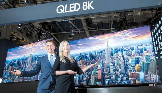 지난 8~11일(현지시간) 미국 라스베이거스에서 열린 CES 2019에 참가한 삼성전자는 전시관 입구에 초대형 LED 사이니지로 구성된 파사드를 설치했다. 창사 50주년을 맞은 삼성전자의 전략 제품과 브랜드 이미지를 담은 영상을 공개했다. [사진 삼성전자]