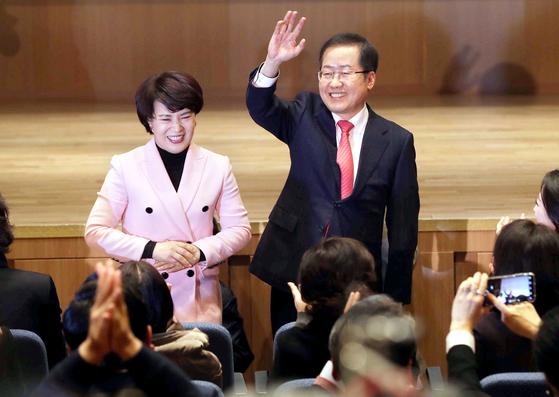 홍준표 전 자유한국당 대표(오른쪽)는 이날 서울 여의도 K타워에서 출판기념회를 열고 당 대표 출마를 선언했다. 홍 전 대표와 부인 이순삼씨가 지지자들에게 인사하고 있다. [오종택 기자]
