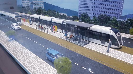 대전시 서구 둔산동 대전시청안에 있는 홍보전시관에 걸려 있는 트램 모형. 프리랜서 김성태