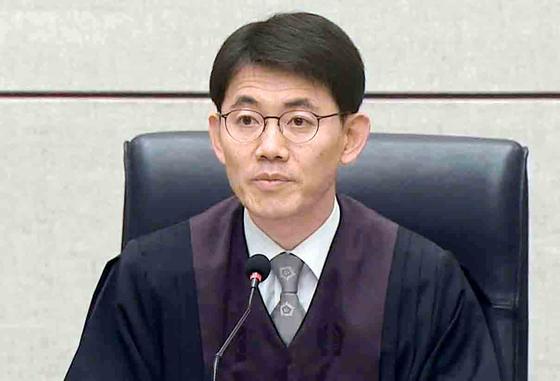 2018년 7월 20일 박근혜 전 대통령의 국가정보원 특수활동비 수수혐의에 대해 유죄를 선고 중인 성창호 판사. [연합뉴스]