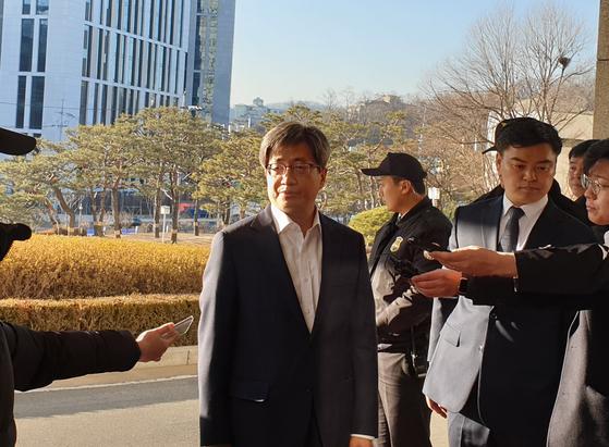 1일 김명수 대법원장이 출근길에 기자들의 질문에 대답하고 있다. 김기정 기자