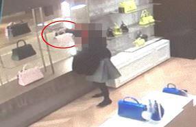 백화점을 돌며 1억원어치 명품을 훔친 30대 여성이 경찰에 붙잡혔다.[부산경찰청 제공=연합뉴스]
