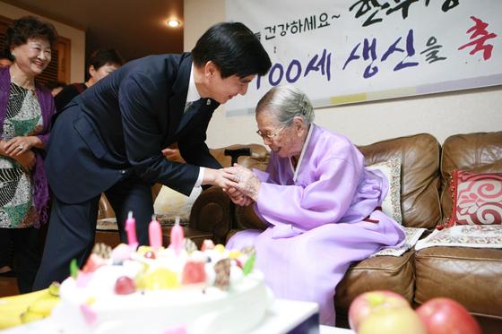2017년 서울 강동구에 사는 한무경(101) 할머니의 100세 생일 잔치가 열렸다. 이해식 전 강동구청장(왼쪽)과 한무경 할머니 [강동구청]
